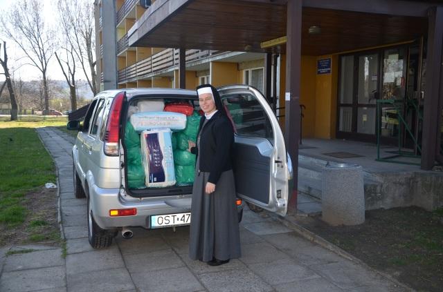 siostra Emiliana z Krysowic przy zapakowanym po dach samochodzie