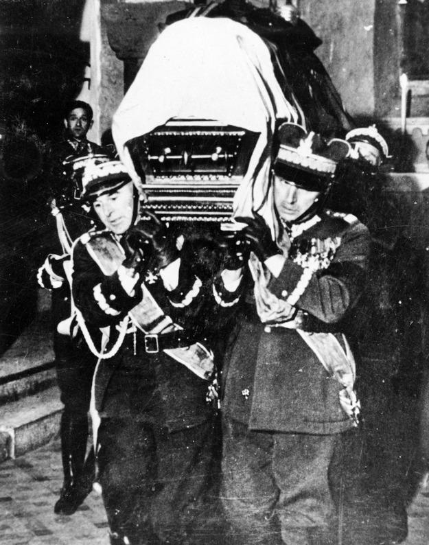 Pogrzeb Józefa Piłsudskiego w Katedrze Wawelskiej 18 maja 1935 r. Trumnę z Marszałkiem niosą generałowie Edward Śmigły-Rydz i Kazimierz Sosnkowski /KARTA /Agencja FORUM/