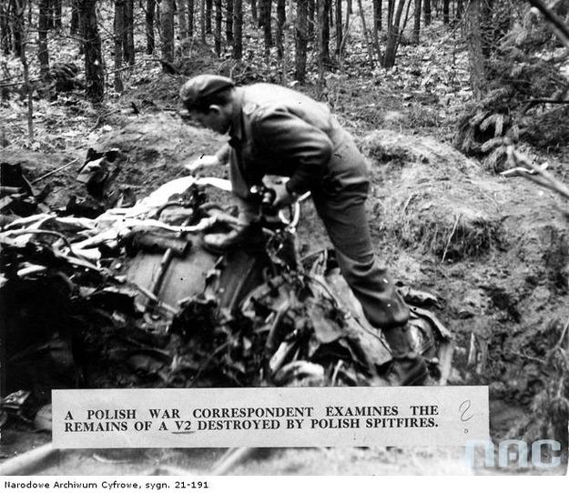 Polski korespondent wojenny ogląda resztki rakiety V-2, 1944 /Z archiwum Narodowego Archiwum Cyfrowego