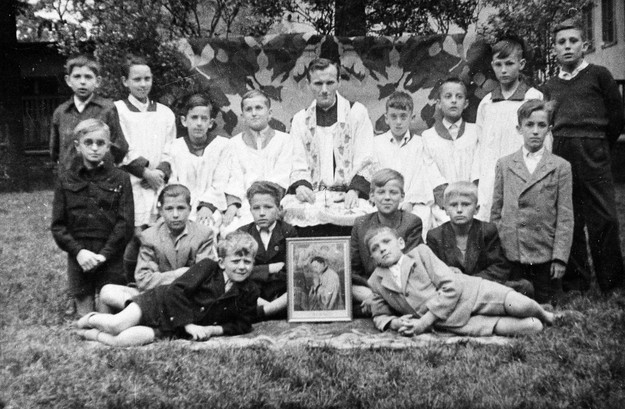 Ksiądz Karol Wojtyła z ministrantami w Niegowici, 1949 /Laski Diffusion /East News