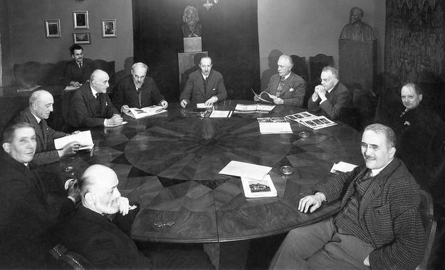 Premier Wincenty Witos ze swoim gabinetem, 1920 /Reprodukcja: FoKa /Agencja FORUM
