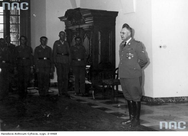 SS-Obergruppenfuhrer Wilhelm Koppe przemawia do członków niemieckiej służby pracy na Zamku Królewskim w Krakowie /Z archiwum Narodowego Archiwum Cyfrowego/