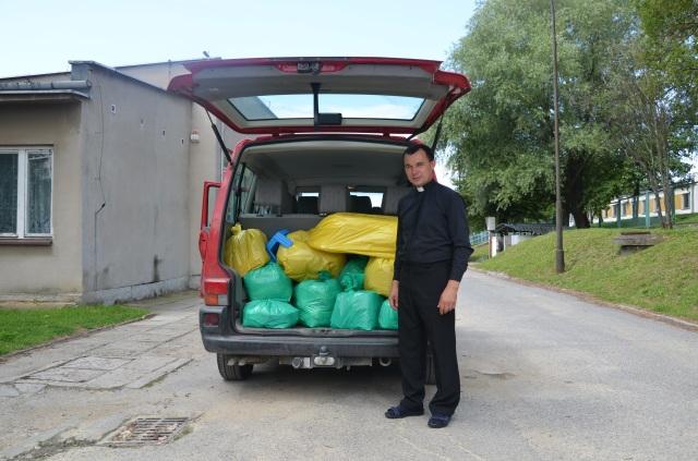Ks. Krzysztof Sapalski przy swoim samochodzie