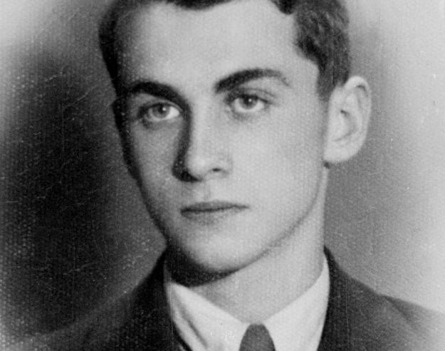 Krzysztof Kamil Baczyński na reprodukcji zdjęcia z 1937 roku /Andrzej Jałosiński /Agencja FORUM