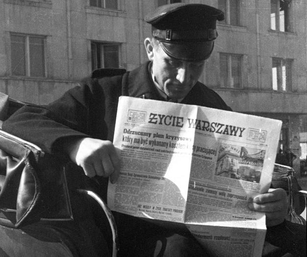 """Dorozkaż czytający """"Życie Warszawy"""", Warszawa 1948 r. /Edward Falkowski/CFK /Agencja FORUM"""