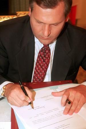 Prezydent Aleksander Kwaśniewski podpisuje zarządzenie ws. ogłoszenia Konstytucji w Dzienniku Ustaw RP, 1997 /Andrzej Iwańczuk /Reporter
