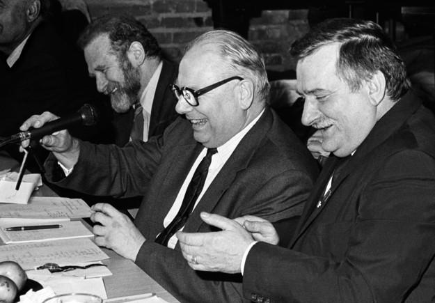Posiedzenie Komitetu Obywatelskiego w kościele przy ul. Żytniej. Od lewej: Bronisław Geremek, Andrzej Stelmachowski, Lech Wałęsa /Erazm Ciołek /Agencja FORUM/