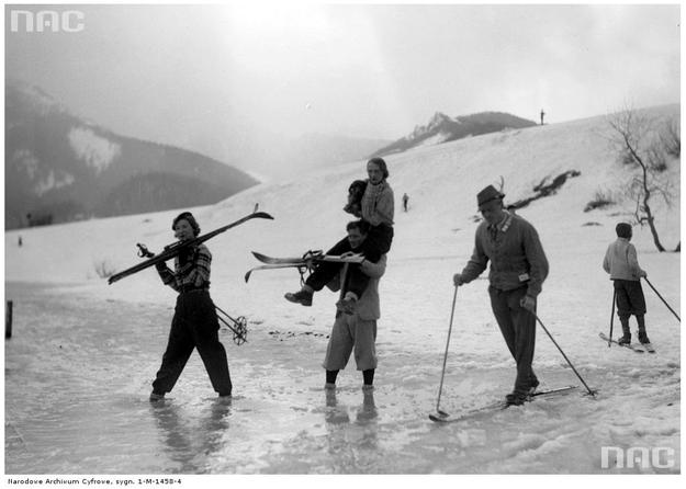 Powrót narciarzy z gór - zdjęcie z 1935 roku /Z archiwum Narodowego Archiwum Cyfrowego/