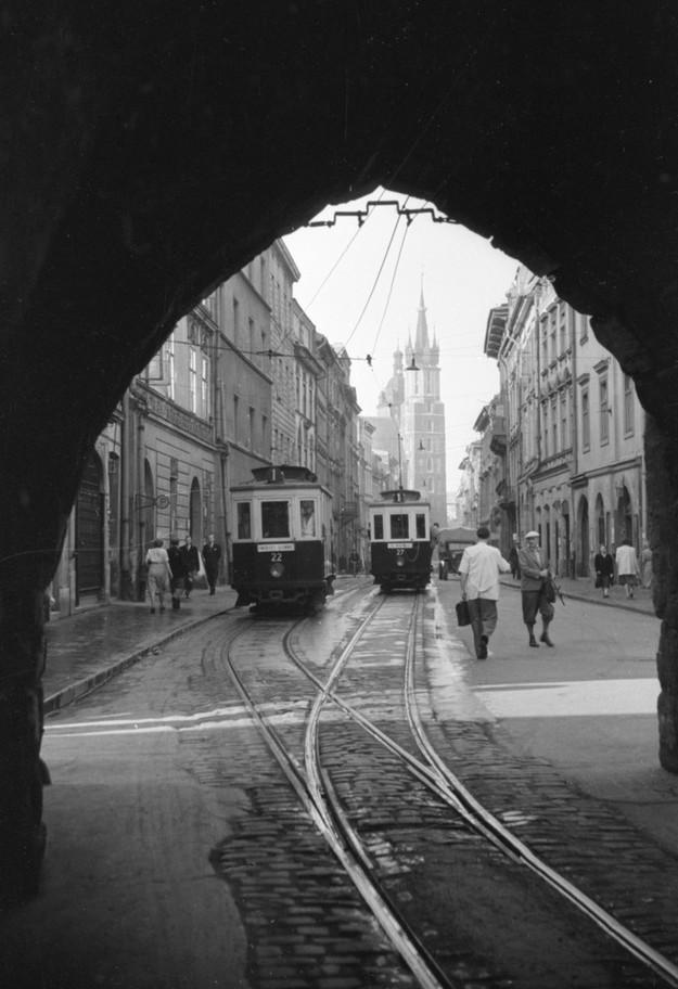 W 1950 r. przez Bramą Floriańską prowadziły tory tramwajowe. Podłoże ulicy w tym miejscu trzeba było obniżyć, aby wozy mogły się zmieścić /Roman Wionczek /East News/