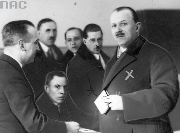 Kazimierz Bartel oddaje głos w czasie wyborów /Z archiwum Narodowego Archiwum Cyfrowego/