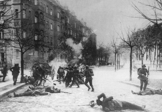 Walki na ulicach Berlina w czasie zamieszek wywołanych przez komunistyczny Związek Spartakusa - styczeń 1919 r. /Hulton Archive /Getty Images/