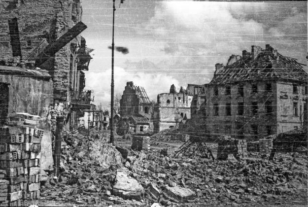 Zburzona Warszawa, 1945 rok. Rynek Nowego Miasta /Karol Pecherski /Agencja FORUM/