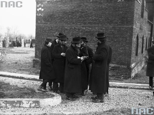 Żydzi w przedwojennej Polsce. Zdjęcie przed synagogą /Z archiwum Narodowego Archiwum Cyfrowego/