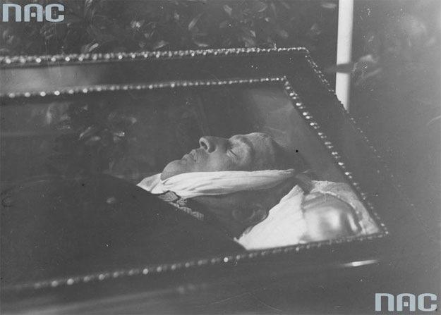 Pogrzeb generała Gustawa Orlicza-Dreszera. Ciało wojskowego w otwartej trumnie /Z archiwum Narodowego Archiwum Cyfrowego/