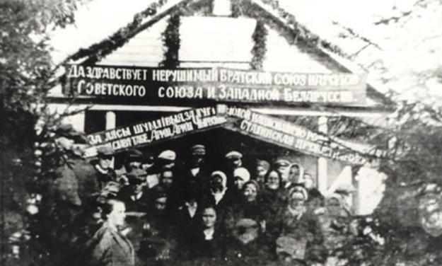 """""""Brama powitalna"""" na przyjęcie Armii Czerwonej zbudowana we wsi Grudziewicze /materiały prasowe/"""