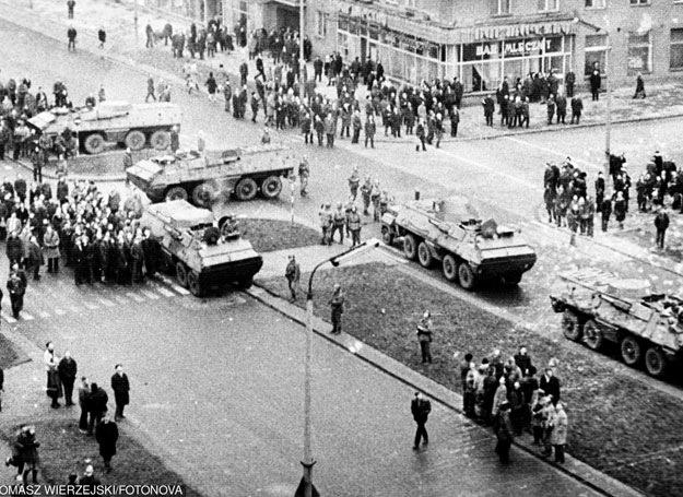 Gdynia: Transportery opancerzone na ulicy Władysława IV/ 17.12.1970 /Tomasz Wierzejski/Fotonova /East News/
