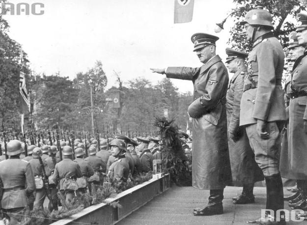 Adolf Hitler przyjmuje defiladę wojsk niemieckich w Alejach Ujazdowskich w Warszawie. Widoczni także: gen. Gunther von Kluge (2 z lewej), gen. Maximilian von Weichs (w hełmie), gen. Fedor von Bock (2 z prawej), /Z archiwum Narodowego Archiwum Cyfrowego/