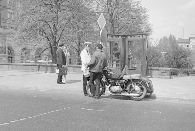 Budka telefoniczna na placu Dzierżyńskiego (obecnie plac Bankowy) w Warszawie. /Z archiwum Narodowego Archiwum Cyfrowego/