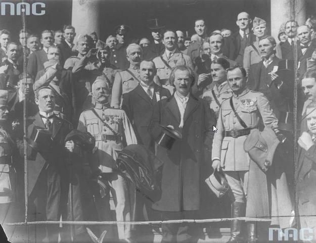 Fotografia grupowa uczestników misji generała Józefa Hallera w Nowym Jorku w 1918 roku. Widoczni w pierwszym rzędzie m.in.: generał Haller (1. z prawej) i Ignacy Jan Paderewski (w ubraniu cywilnym) /Z archiwum Narodowego Archiwum Cyfrowego/