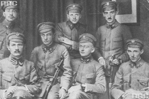 Komenda naczelna Polskiej Organizacji Wojskowej (podporucznik Tadeusz Żuliński siedzi trzeci z lewej) /Z archiwum Narodowego Archiwum Cyfrowego/
