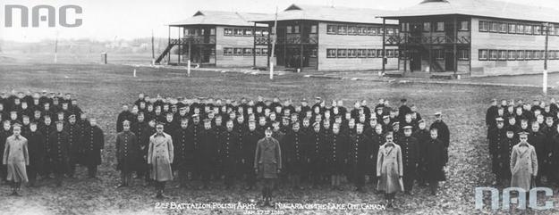 Obóz dla ochotników do Armii Polskiej we Francji w Niagara. Ochotnicy na tle baraków. /Z archiwum Narodowego Archiwum Cyfrowego/