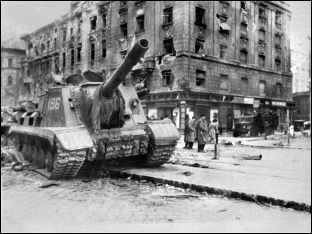 Sowiecki czołg na ulicach Budapesztu w 1956 roku /AFP/