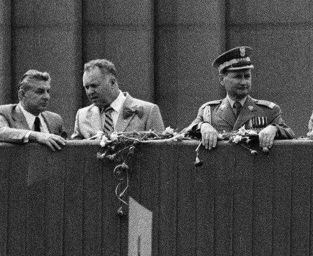 Warszawa. Pochód pierwszomajowy w 1980 roku. Na trybunie honorowej od lewej: Józef Czyrek, Stanisław Kania i Wojciech Jaruzelski /ZBIGNIEW MARKIEWICZ/FOTONOVA /Fotonova/