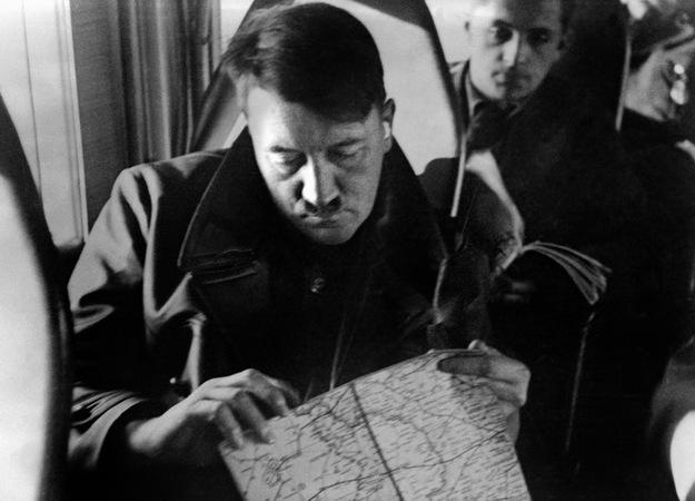 Adolf Hitler przygląda się mapie okupowanej Polski. Za nim generalny gubernator Hans Frank. fot. FRANCE PRESSE VOIR /AFP/
