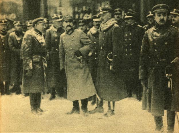 Józef Pilłsudski i zaprzysiężenie wojska /reprodukcja Piotr Mecik /Agencja FORUM/