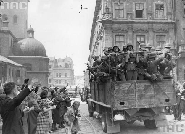 Lwów. Ukraińcy witają wkraczające do miasta wojsko niemieckie /Z archiwum Narodowego Archiwum Cyfrowego/