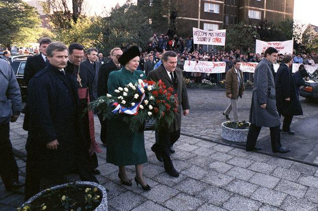 Margaret Thatcher w Gdańsku. Na jednym z transparentów napis: Żądamy rewizji układu z Jałty /AFP/