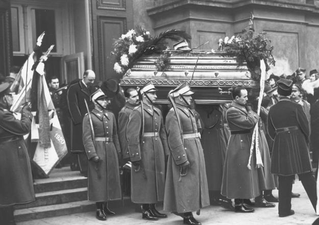 Pogrzeb majora Stefana Rago poległego podczas zajmowania okręgu Jaworzyny /Z archiwum Narodowego Archiwum Cyfrowego/