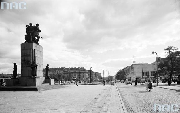 Ulica Targowa w Warszawie w latach 50. zeszłego stulecia. Widoczny Pomnik Braterstwa Broni /Z archiwum Narodowego Archiwum Cyfrowego/