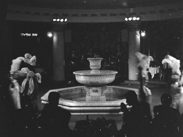 """Rewia w restauracji """"Kongresowa"""" w Pałacu Kultury i Nauki w Warszawie. Artystki rewiowe tańczą wokół fontanny /Z archiwum Narodowego Archiwum Cyfrowego/"""