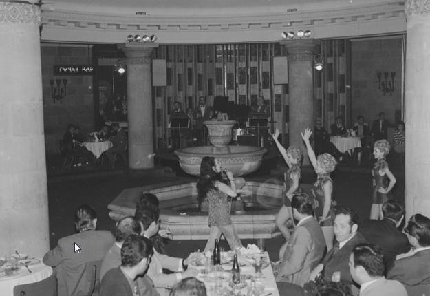 """Rewia w restauracji """"Kongresowa"""" w Pałacu Kultury i Nauki w Warszawie /Z archiwum Narodowego Archiwum Cyfrowego/"""