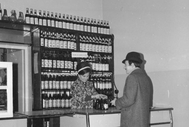 Stoisko alkoholowe w sklepie /Z archiwum Narodowego Archiwum Cyfrowego/