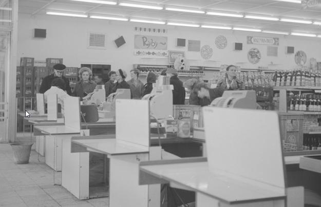 """Widok ogólny wnętrza sklepu """"Sam Bielański"""" Warszawskiej Spółdzielni Spożywców """"Społem"""" /Z archiwum Narodowego Archiwum Cyfrowego/"""
