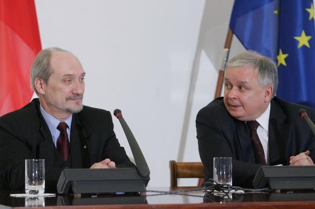 Antoni Macierewicz i Lech Kaczyński podczas konferencji prasowej w sprawie publikacji raportu z weryfikacji WSI /Witold Rozbicki /Reporter/
