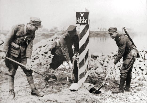 Polscy żołnierz wkopują słup graniczny na Odrze w 1945 roku /Marek Skorupski /Agencja FORUM/