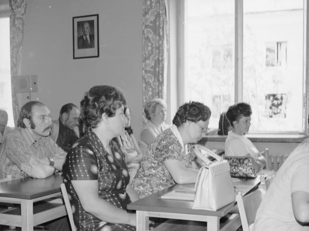 Uczestnicy spotkania w Centralnym Ośrodku Szkoleniowym Zjednoczonego Stronnictwa Ludowego w Warszawie. W tle na ścianie portret Włodzimierza Lenina i głośnik od radiowęzła /Z archiwum Narodowego Archiwum Cyfrowego/