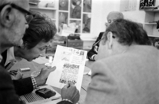 """Zespół """"Kultury"""" odczytuje ocenzurowany list z Polski, datowany 17.12.1981 r. Na zdjęciu: Konstanty """"Kot"""" Jeleński, Zofia Hertz i Jerzy Giedroyc /Wojtek Laski /East News/"""