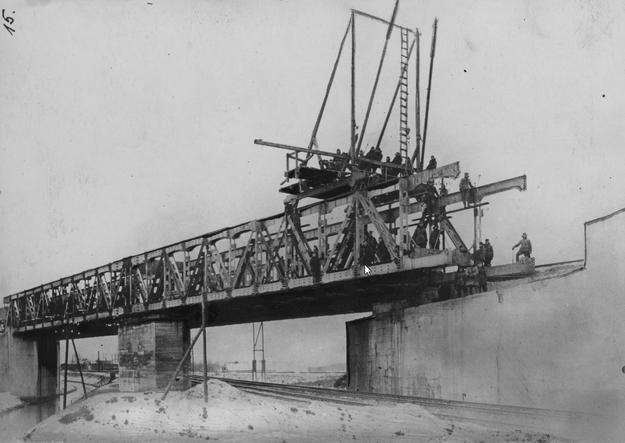 Budowa wiaduktu na budowanym drugim torze magistrali węglowej w Tczewie, nad linią Tczew - Kustrin (Kostrzyń nad Odrą) - żołnierze podczas pracy. /Z archiwum Narodowego Archiwum Cyfrowego/